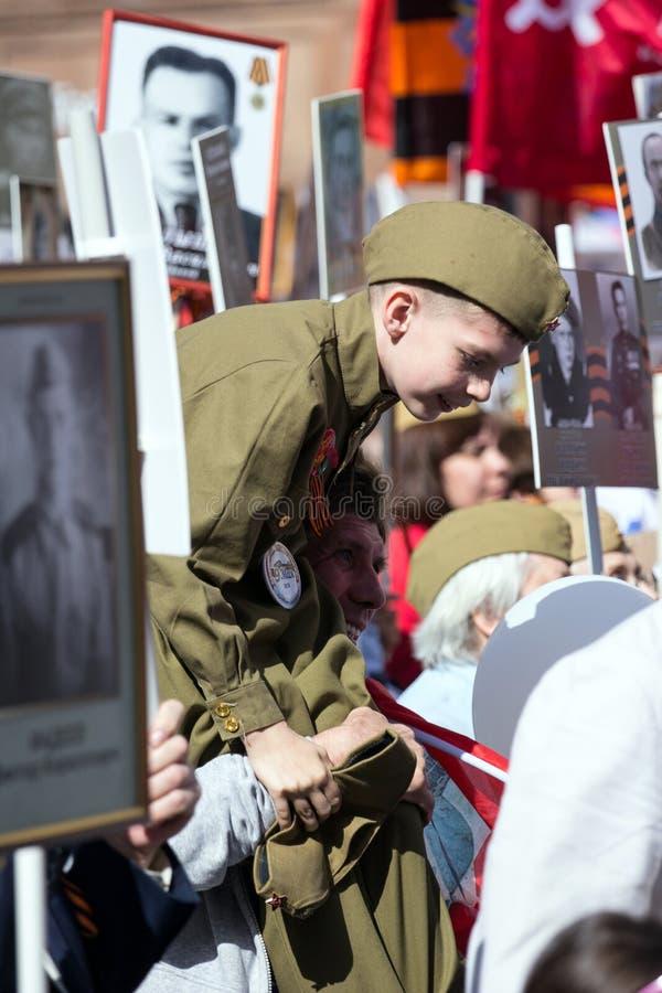 Nieśmiertelny pułk na Moskwa ulicie Tysiące marsz pamiętać wojny światowa 2 krewnych Chłopiec w wojskowym uniformu zdjęcie stock