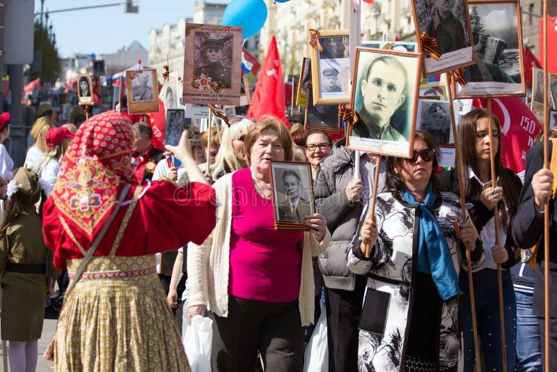 Nieśmiertelny pułk na Moskwa ulicie Tysiące marsz pamiętać wojny światowa 2 krewnych Demonstracja w Moskwa zdjęcie royalty free