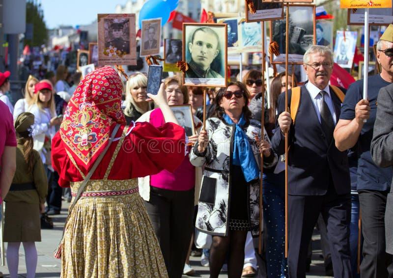 Nieśmiertelny pułk na Moskwa ulicie Tysiące marsz pamiętać wojny światowa 2 krewnych Demonstracja w Moskwa obrazy stock