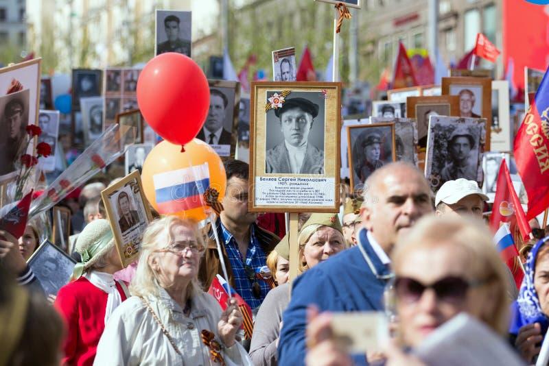 Nieśmiertelny pułk na Moskwa ulicie Tysiące marsz pamiętać wojny światowa 2 krewnych Demonstracja w Moskwa obraz royalty free