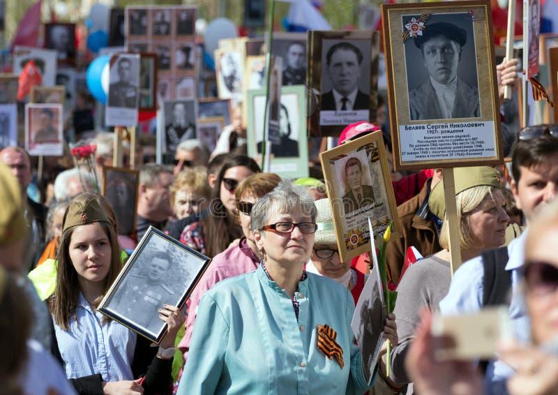 Nieśmiertelny pułk na Moskwa ulicie Tysiące marsz pamiętać wojny światowa 2 krewnych Demonstracja w Moskwa fotografia royalty free