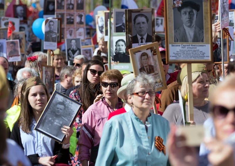 Nieśmiertelny pułk na Moskwa ulicie Tysiące marsz pamiętać wojny światowa 2 krewnych Demonstracja w Moskwa zdjęcie stock