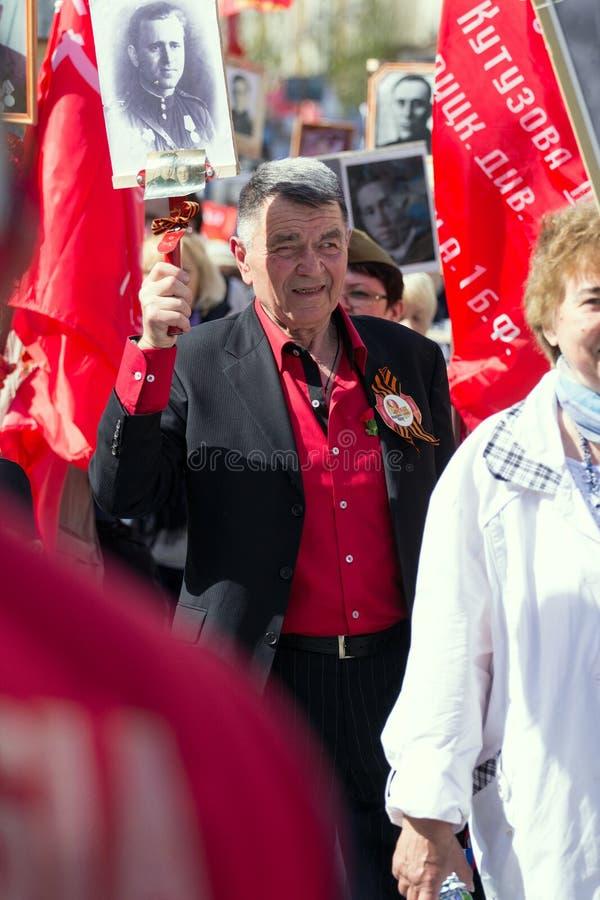 Nieśmiertelny pułk na Moskwa ulicie Tysiące marsz pamiętać wojny światowa 2 krewnych Stary człowiek na ludziach tłumu tła zdjęcie royalty free