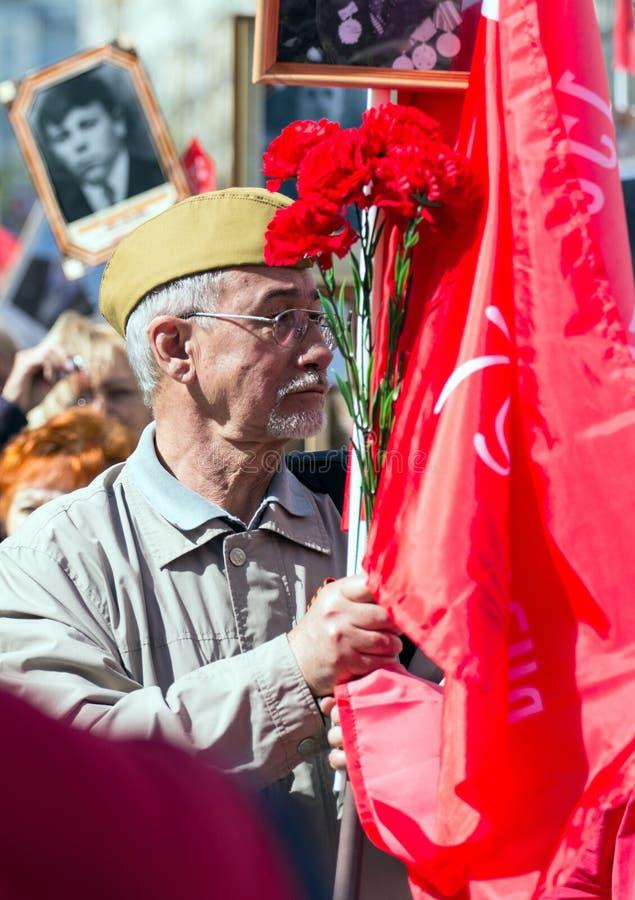 Nieśmiertelny pułk na Moskwa ulicie Tysiące marsz pamiętać wojny światowa 2 krewnych Stary człowiek na ludziach tłumu tła obraz royalty free