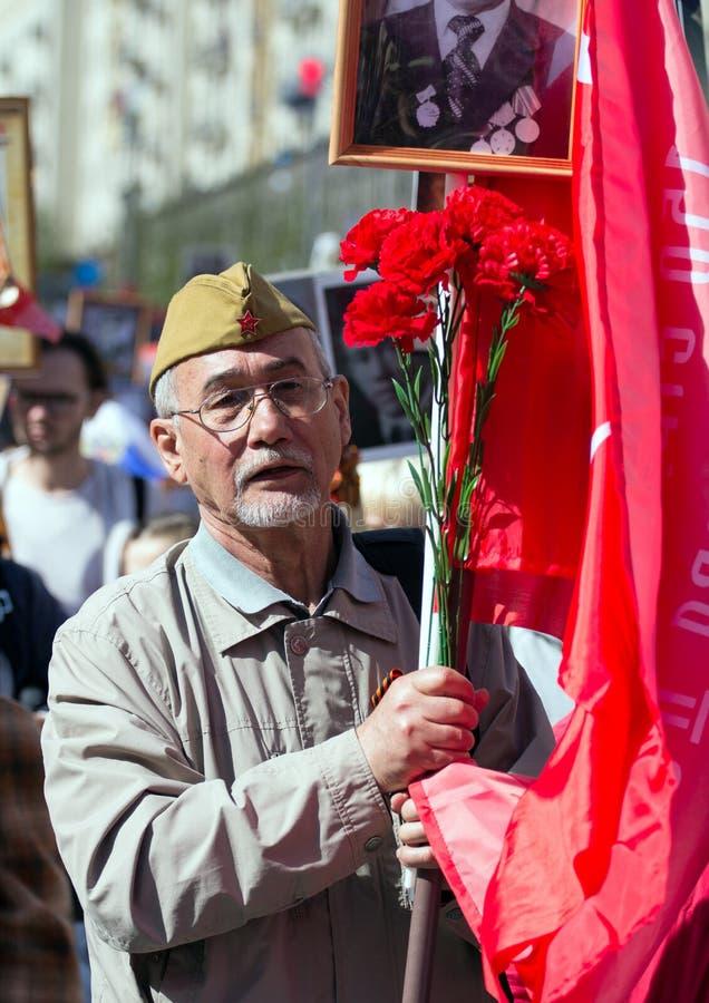 Nieśmiertelny pułk na Moskwa ulicie Tysiące marsz pamiętać wojny światowa 2 krewnych Stary człowiek na ludziach tłumu tła fotografia royalty free