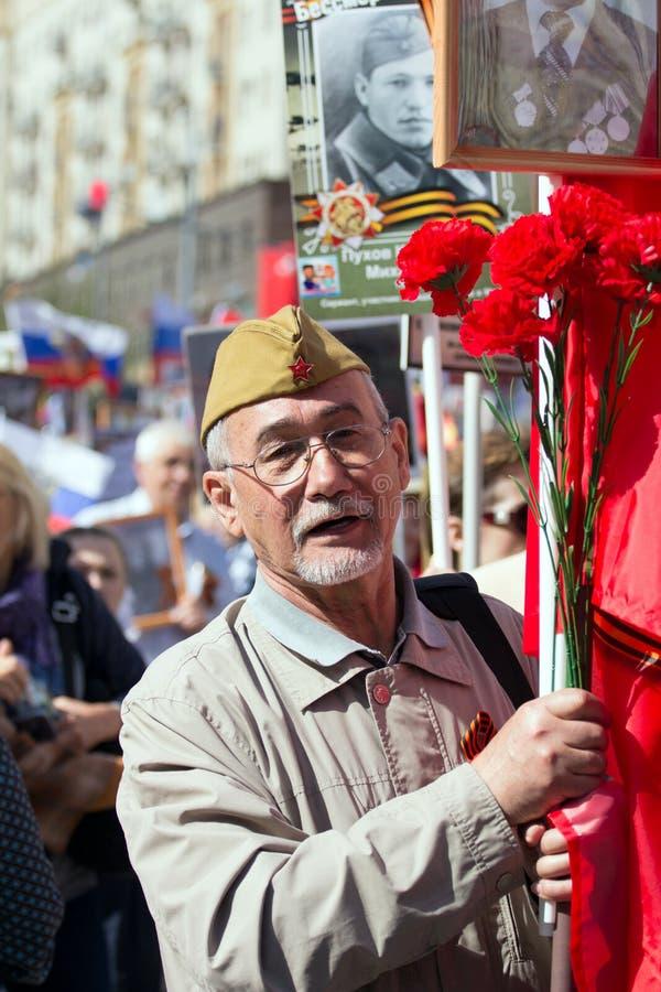 Nieśmiertelny pułk na Moskwa ulicie Tysiące marsz pamiętać wojny światowa 2 krewnych Stary człowiek na ludziach tłumu tła obrazy stock