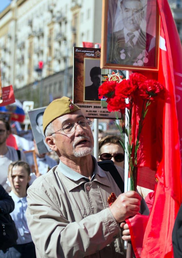 Nieśmiertelny pułk na Moskwa ulicie Tysiące marsz pamiętać wojny światowa 2 krewnych Stary człowiek na ludziach tłumu tła fotografia stock