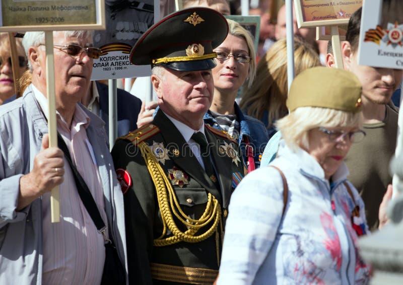 Nieśmiertelny pułk na Moskwa ulicie Tysiące marsz pamiętać wojny światowa 2 krewnych Stary człowiek na ludziach tłumu tła zdjęcia stock