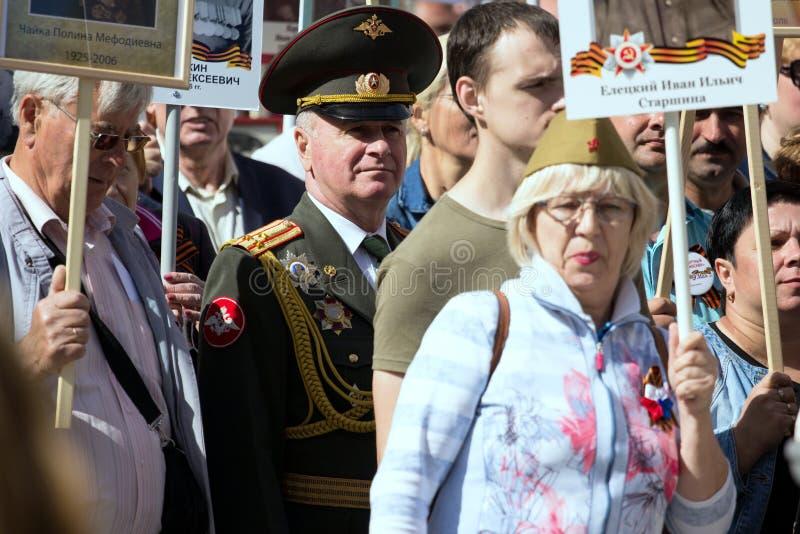 Nieśmiertelny pułk na Moskwa ulicie Tysiące marsz pamiętać wojny światowa 2 krewnych Stary człowiek na ludziach tłumu tła obrazy royalty free
