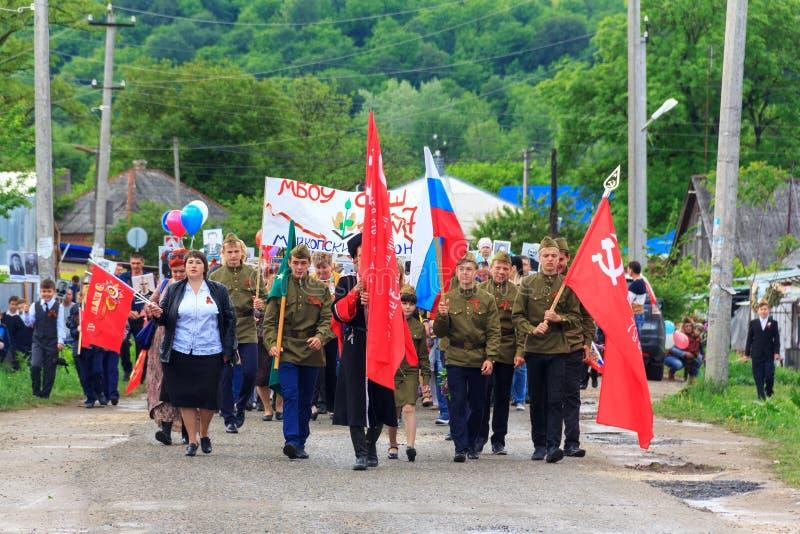 Nieśmiertelny pułk, parada na zwycięstwo dniu z uczestnictwem ucznie i kozaczkowie, zdjęcia stock