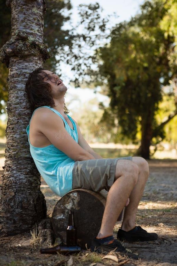 Nieświadomie mężczyzna dosypianie w parku zdjęcia royalty free