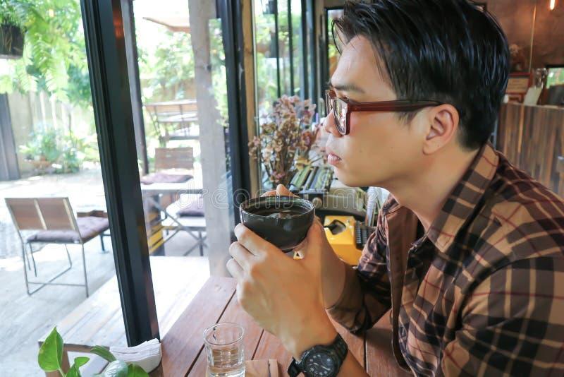 Nieświadomy mężczyzna lub mężczyzna pije kawę fotografia stock