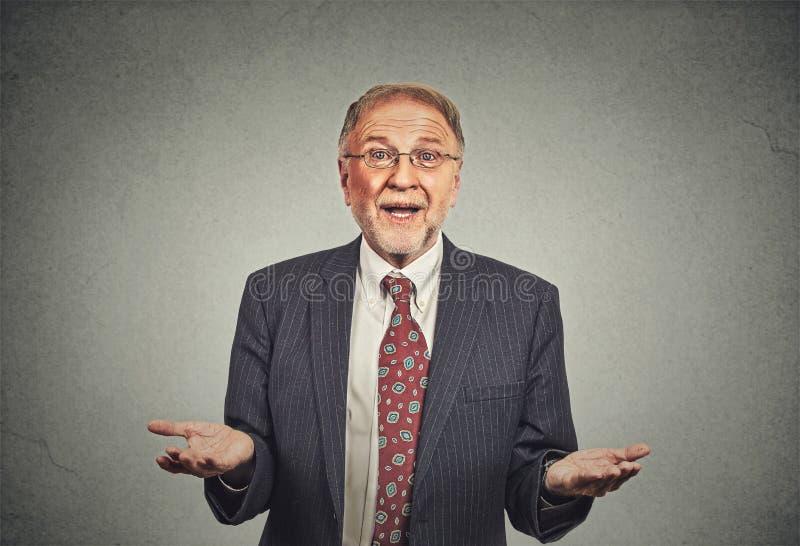 Nieświadomy starszy mężczyzna, ręki out pyta dlaczego co jest problemowy zdjęcie stock