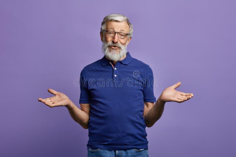 Nieświadomy stary człowiek wzrusza ramionami jego brać na swoje barki obraz royalty free