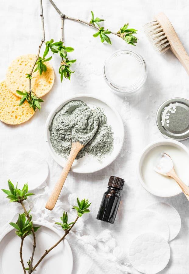 Nieżywego morza błota maska - piękno produktów składniki na lekkim tle, odgórny widok tła piękna błękitny pojęcia zbiornika kosme zdjęcie royalty free
