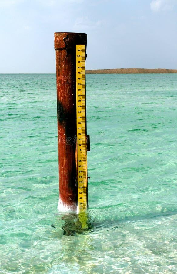 Nieżywy morze, jest słonym jeziorem graniczy Jordania północ, i Izrael zachód Swój brzeg i powierzchnia jest 430 5 metres 1.412 f obraz royalty free
