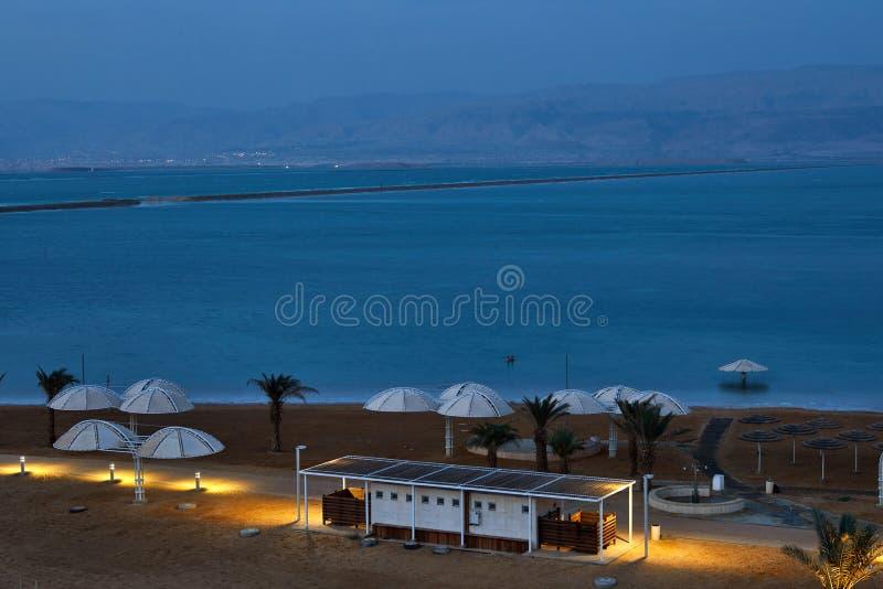 Nieżywy morze, jest słonym jeziorem graniczy Jordania północ zachód i Izrael, obrazy stock