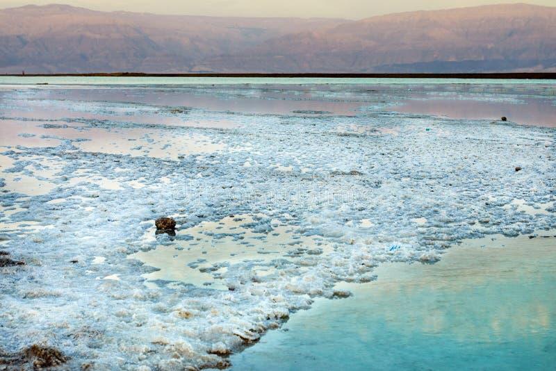 Nieżywy morze, jest słonym jeziorem graniczy Jordania północ zachód i Izrael, fotografia stock