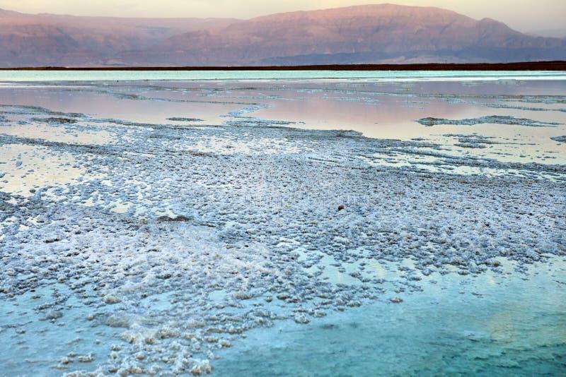 Nieżywy morze, jest słonym jeziorem graniczy Jordania północ zachód i Izrael, zdjęcia royalty free