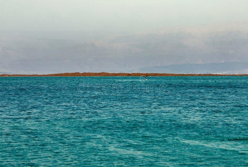 Nieżywy morze, jest słonym jeziorem graniczy Jordania północ zachód i Izrael, obraz stock
