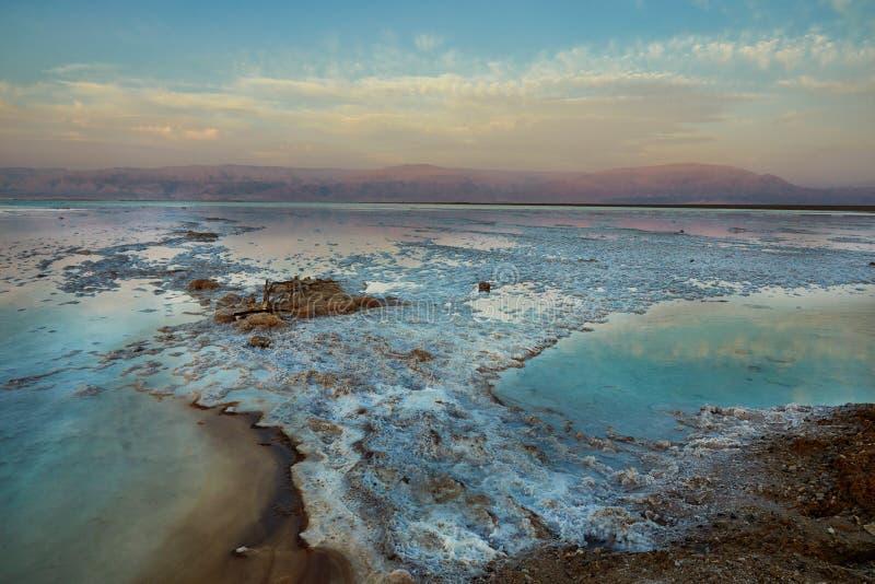Nieżywy morze, jest słonym jeziorem graniczy Jordania północ zachód i Izrael, zdjęcia stock