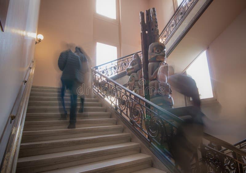 Nie do zatrzymania moment podczas gdy chodzący w górę schodków obrazy stock