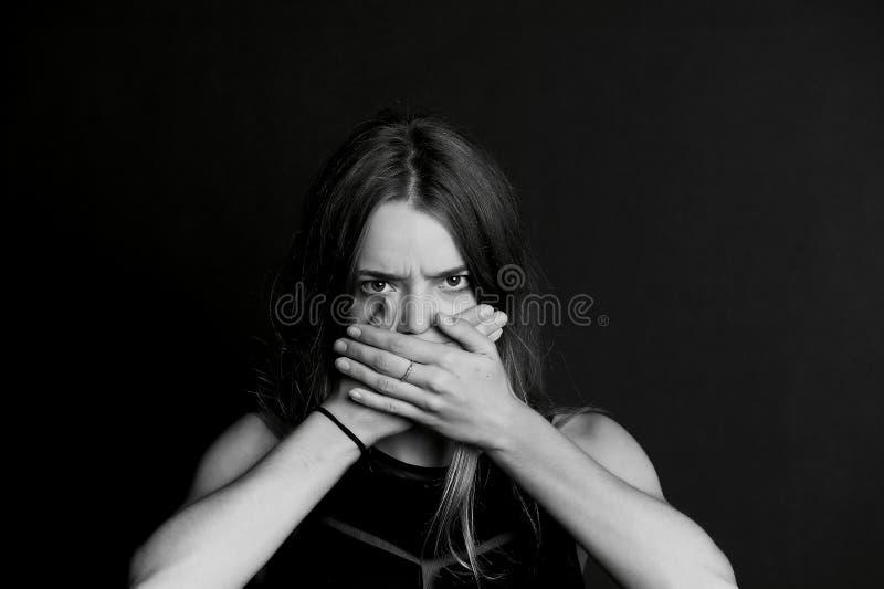 nie mówić zła Dziewczyna zamyka twój usta obrazy royalty free