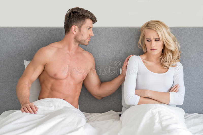 Nie w Dobrej terminów potomstw parze na łóżku obrazy royalty free