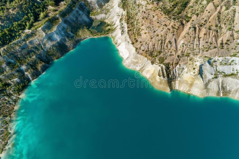 Nieaktywny gipsowy łup W łupie jest jezioro z błękitne wody obraz stock