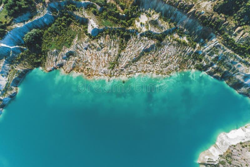 Nieaktywny gipsowy łup W łupie jest jezioro z błękitne wody obrazy royalty free