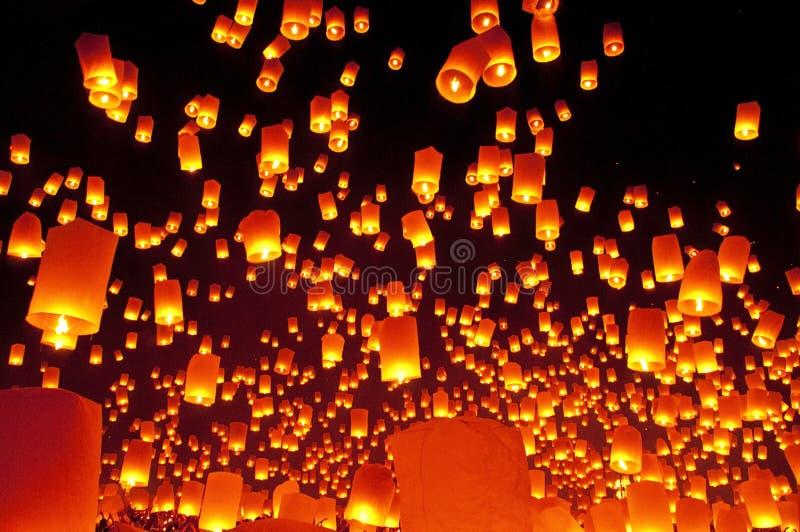 Nieba lampionów fajerwerku festiwal fotografia stock