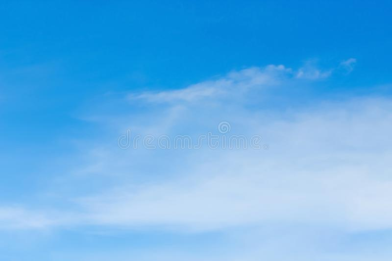 Nieba niebieskie niebo z chmurami w powietrzu obrazy stock