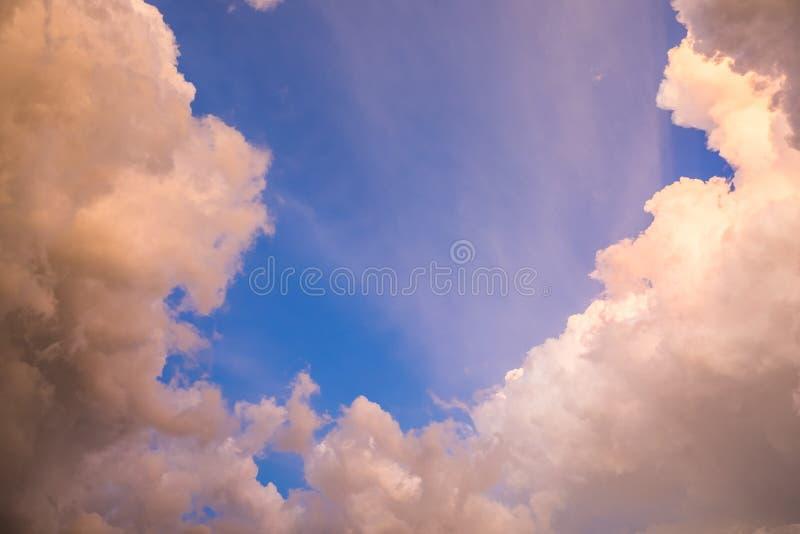 Nieba obłoczny złoto z błękitny cudownym fotografia stock