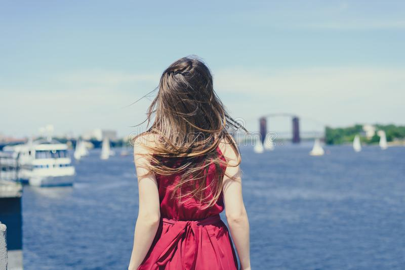 Nieba słońca błękitne wody natury radości ucieczki emocja wyraża kurortów hairdress rejsu światowego pojęcie Tyły plecy za widoku obrazy stock