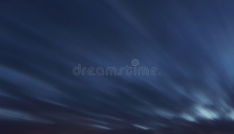 Nieba tło - długi ujawnienie przy zmierzchem. obraz stock