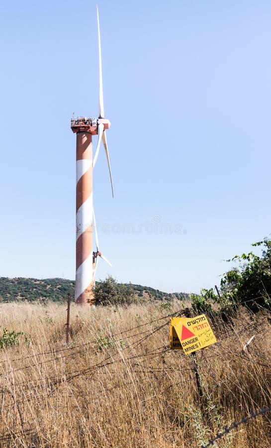 ` niebezpieczeństwa szyldowe czytelnicze kopalnie! ` wiesza od drutu kolczastego ogrodzenia w wzgórze golan, blisko granicy z Syr fotografia royalty free