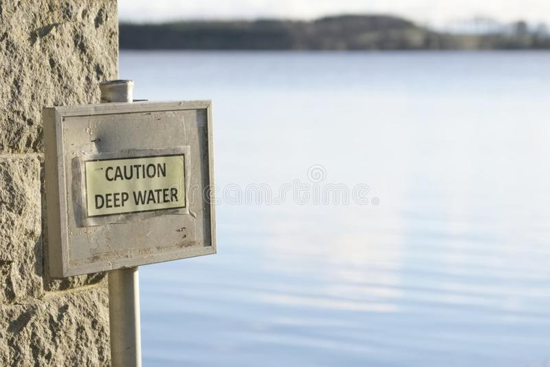 Niebezpieczeństwo głęboka woda zbawcza podpisuje wewnątrz wieś wiejskiego jeziornego strach tonięcie zdjęcie stock
