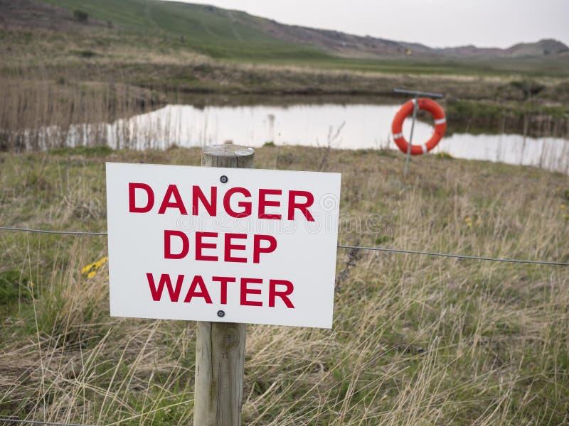 Niebezpieczeństwo głębokiej wody znak ostrzegawczy fotografia royalty free