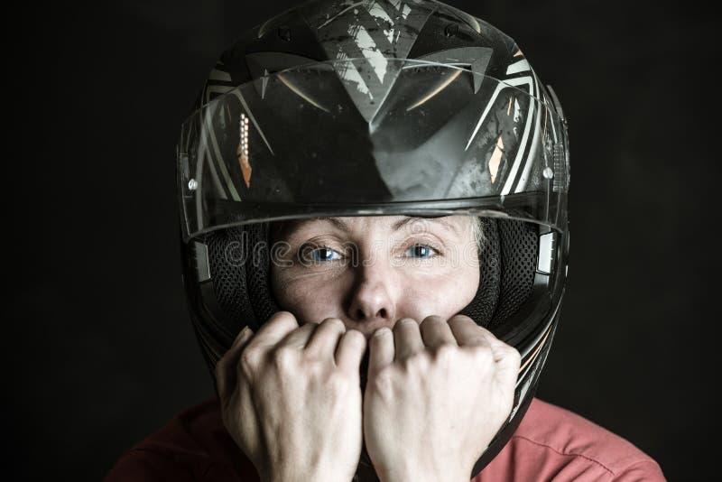 Niebezpieczeństwo i adrenalina jesteśmy mój imieniem - portret kobieta w motocyklu hełmie zdjęcia royalty free