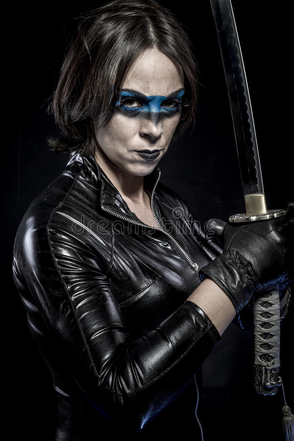 Niebezpieczeństwo, kobieta z katana kordzikiem w lateksowym kostiumu zdjęcie stock