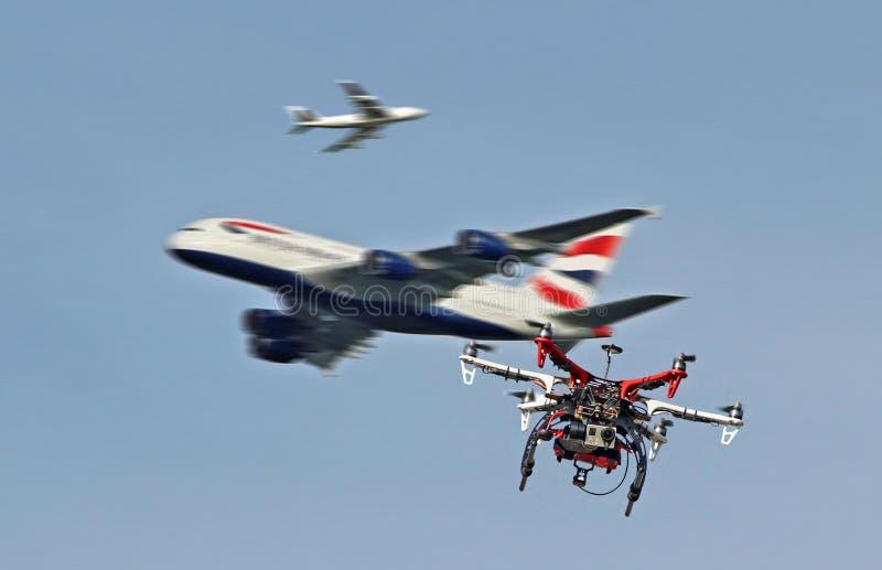 Niebezpieczeństwo latający trutnie zbliżają lotniska bezprawnych obraz royalty free