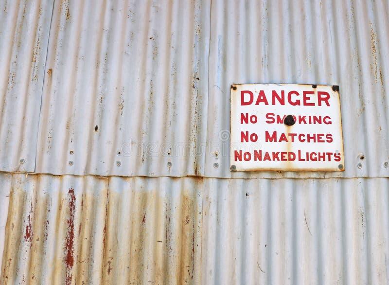 Niebezpieczeństwo, Palenie Zabronione znak na panwiowym żelaza ogrodzeniu obrazy stock