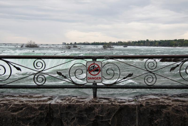 Niebezpieczeństwo znak przy Niagara spadkami zdjęcie stock