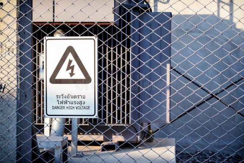 Niebezpiecze?stwo wolta?u Wysoki znak na ogrodzeniu obrazy royalty free