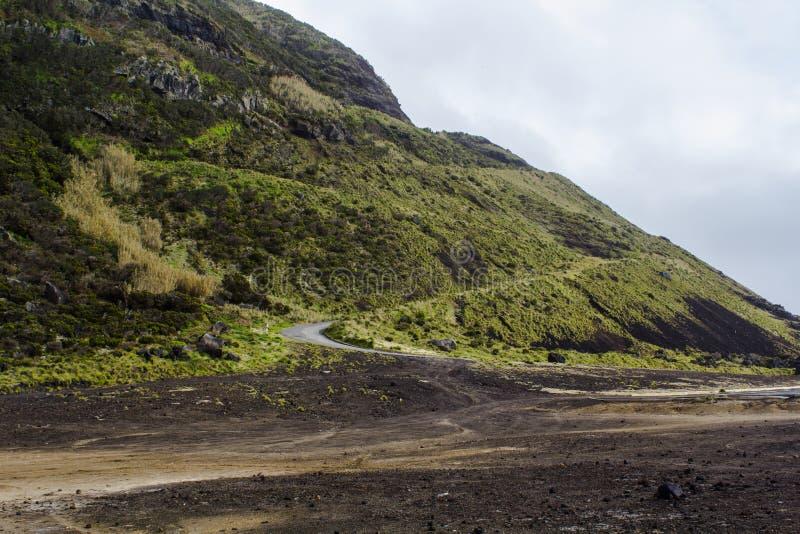 Niebezpieczna droga na wzgórzu z dużo wygina się i chęć w powulkanicznym terenie fotografia royalty free