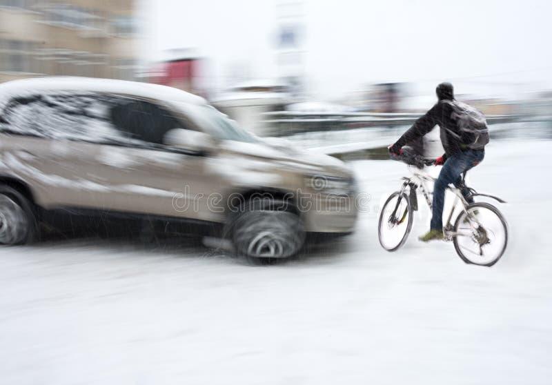 Niebezpieczna miasto ruchu drogowego sytuacja obraz stock
