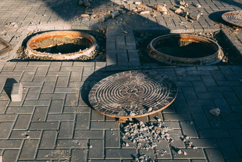 Niebezpieczna rozpieczętowana manhole dziury pokrywa budowa wchodzić do pracy nie strefę obraz royalty free