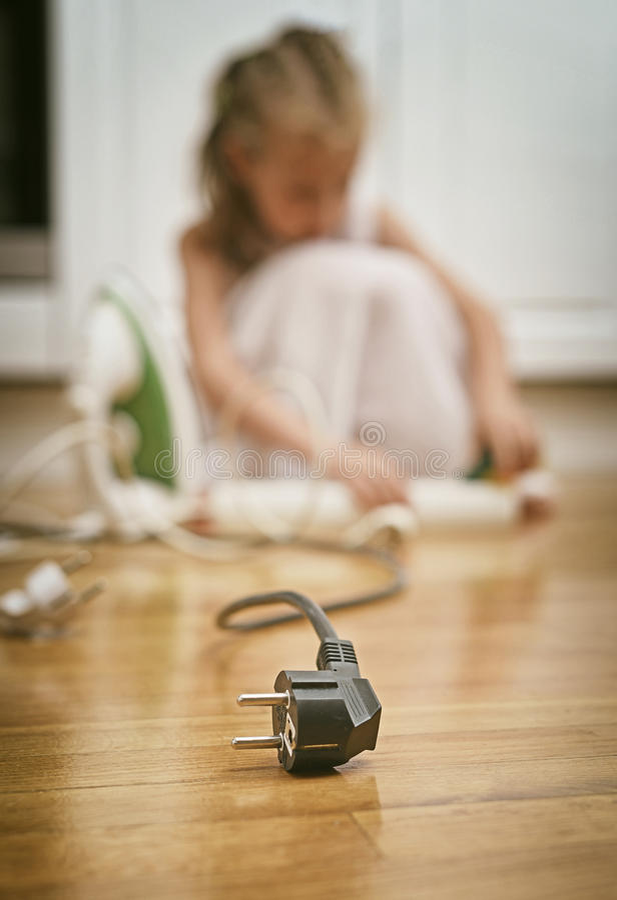 Niebezpieczna sytuacja w domu fotografia stock