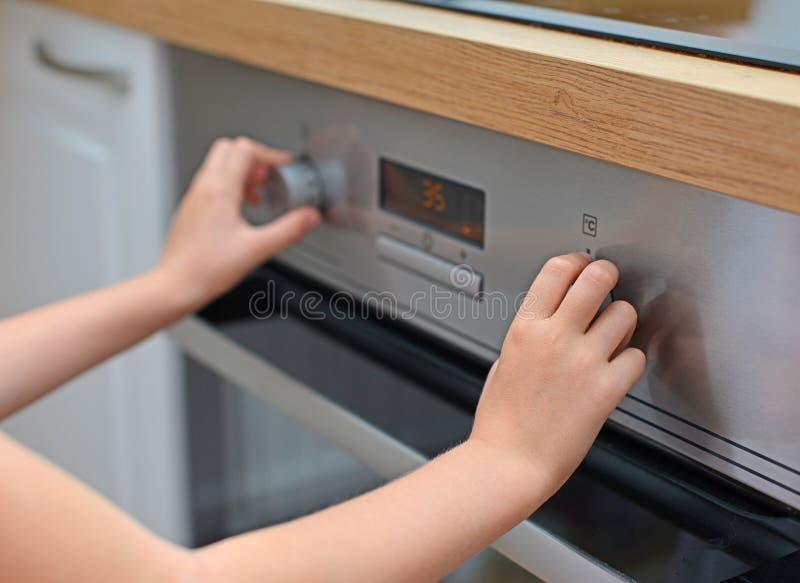 Niebezpieczna sytuacja w kuchni zdjęcie stock