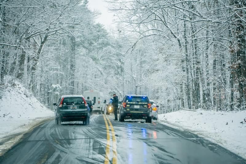 Niebezpieczni śliscy i lodowaci drogowi warunki obrazy stock